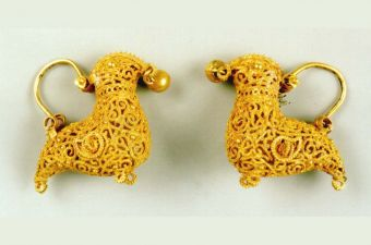 This small but meticulously executed pair of gold earrings is a prime example of dexterity in the technique of filigree. Birds were a favoured ornamental motif and the filigree technique maintained the lightness of the subject without compromising their opulence.