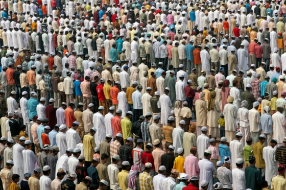 Rows of worshippers gather in neat rows facing Mecca in front of the mosque at the Taj Mahal to celebrate the Muslim festival of Eid ul-Fitr in Agra, Uttar Pradesh, India. Eid is the muslim holiday that marks the end of Ramadan. Photo: Istockphoto. October 2, 2008. Copyright.