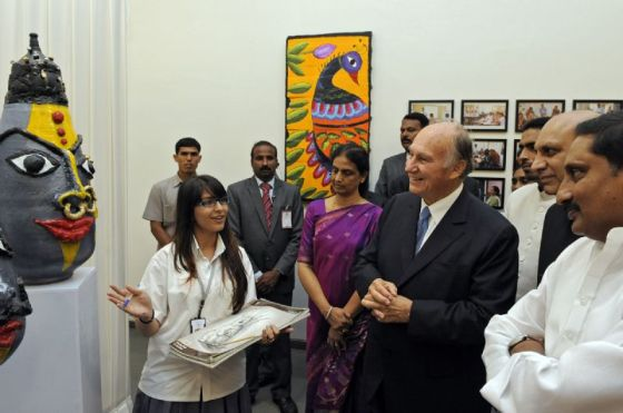A budding artist at the Aga Khan Academy presents her work to His Highness the Aga Khan, the Chief Minister of Andhra  Pradesh, and the Minister for Human Resources Development. Photo: AKDN/Gary Otte