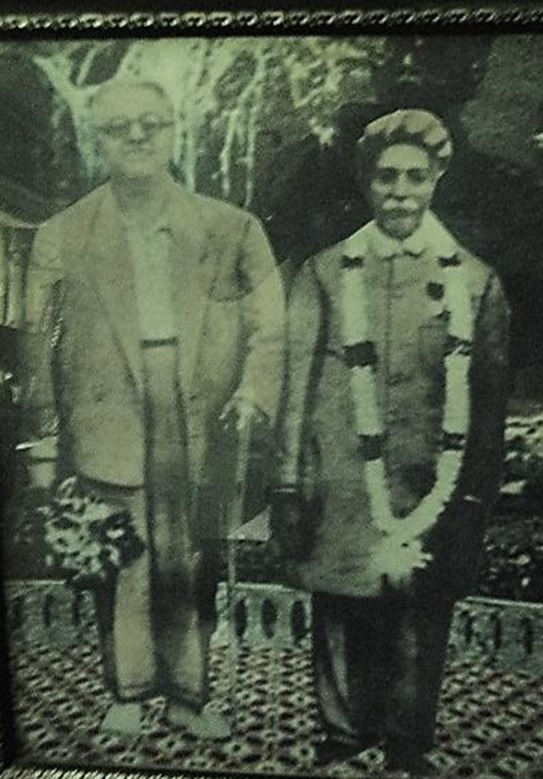 A rare photo of Imam Sultan Mahomed Shah with the Mukhi of Daman jamatkhan.