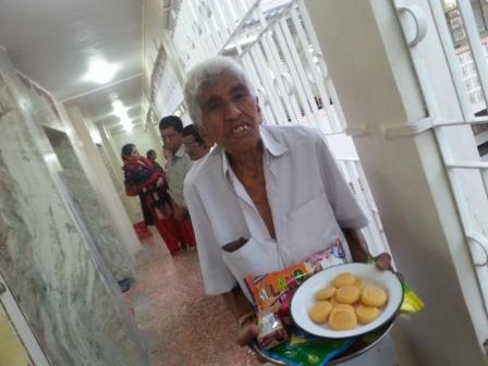 Gulamhusen carrying a sweet tray at Mahuva  Jamatkhana