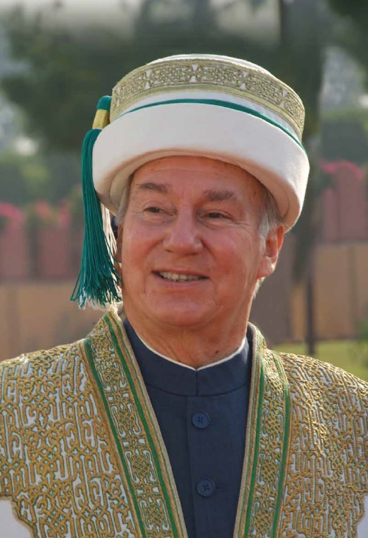 Another magical photo of the 49th Ismaili Imam, the direct descendant of the Prophet Muhammad (s.a.s) in the Aga Khan University regalia during a convocation ceremony. Photo: The Aga Khan Development Network.