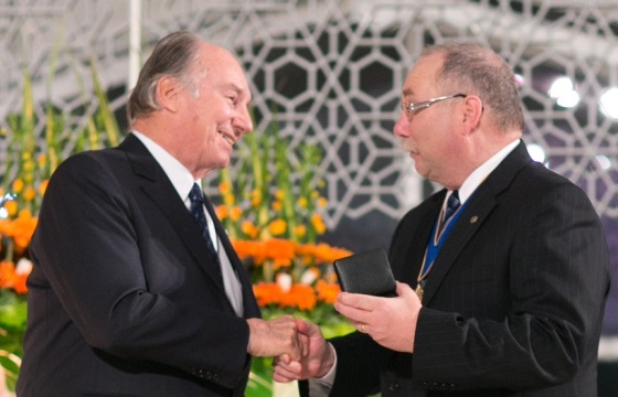 His Highness the Aga Khan being congratulated by RAIC President, Paul E. Frank, as he is presented with the 2013 Gold Medal for his significant contribution to Canadian architecture. Photo: © AKDN/Farhez Rayani.