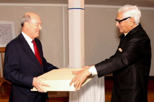 Prince Amyn Aga Khan, younger brother of His Highness the Aga Khan, presents a gift to Professor Charles Correa at the Ismaili Centre in London, England, in recognition of his long-standing partnership with the Aga Khan Development Network. Photo: Al-Nur Sunderji