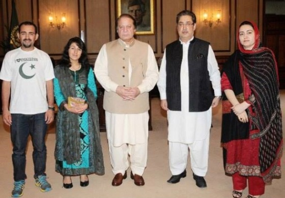 Samina Baig with her hero brother Mirza Ali (left) standing beside the Prime Minister of Pakistan, Nawaz Sharif. Also in the photo, Chief Minister of Gilgit-Baltistan, Mr.Syed Mehdi Shah, and advisor to the Minister,  Ms. Sadia Danish. Photo: Samina Baig Facebook page. Copyright.