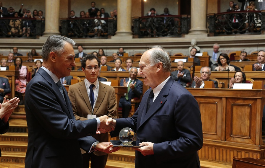 His Excellency Aníbal Cavaco Silva, the President of the Republic of Portugal presents His Highness the Aga Khan with the 2013 North-South Prize. - Photo: AKDN/ José Manuel Boavida Caria