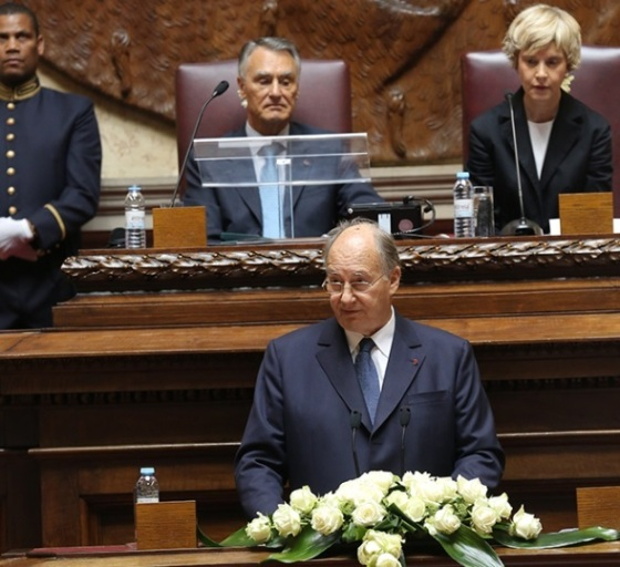 His Highness the Aga Khan addresses the North-South Prize Ceremony in the Senate Hall of the Portuguese Parliament as His Excellency Aníbal Cavaco Silva, the President of the Republic of Portugal and President of the Assembly of the Republic, Maria Assunção Esteves look on. - Photo: AKDN/ José Manuel Boavida Caria