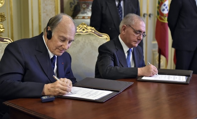 Mawlana Hazar Imam and Portugal's Minister of State and Foreign Affairs Rui Machete sign a landmark agreement establishing a formal Seat of the Ismaili Imamat in Portugal. TheIsmaili/Gary Otte