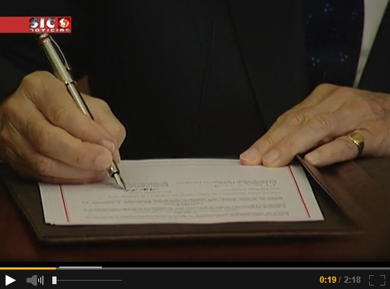 His Highness the Aga Khan signing the historic document establishing the Seat of the Ismaili Imamat in Portugal. Please click on image to view the video.
