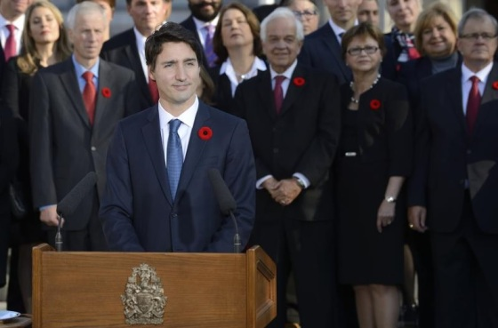 Prime Minister Justin Trudeau in the presence of his Cabinet delivers a statement in front of the Rideau Hall facade. Photographer: MCpl Vincent Carbonneau, Rideau Hall.