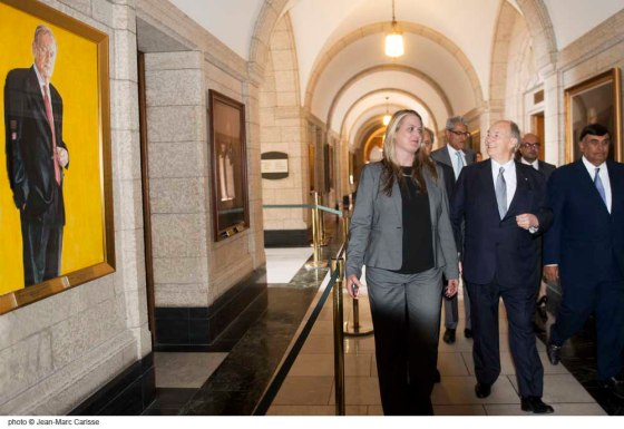 His Highness the Aga Khan glances with interest at an oil painting by Christan Nicholson of former Canadian Prime Minister, Jean Chrétien as he walks past it with leaders of the Ismaili community in the South corridor of Centre Block shortly after his meeting with Prime Minister Justin Trudeau on Tuesday, May 17, 2016. Photo: Jean Marc Carisse. Copyright.