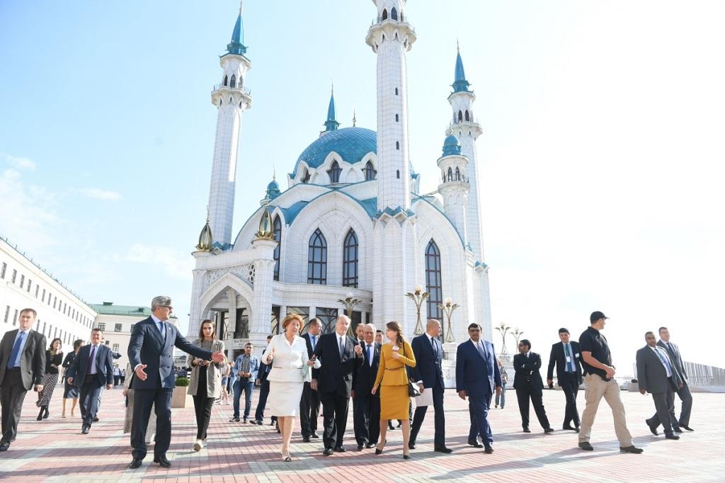 Aga Khan tours Kazan Kremlin
