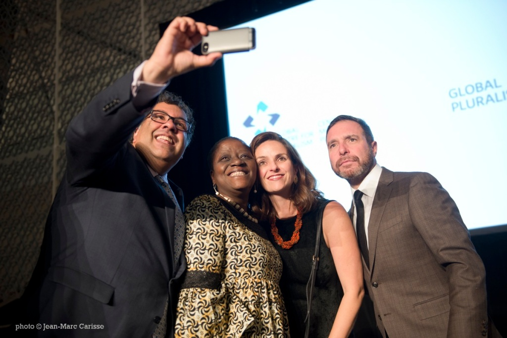 Mayor Nenshi taking a selfie at the 2017 Global Pluralism Award in Ottawa.
